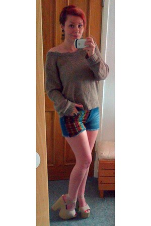 tan over-size sweater - multicolored shorts - gold owl earrings