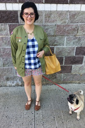 olive green vintage top - blue Old Navy top - peach madewell shorts