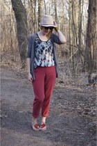 beige Bijoux Brigitte hat - black Babassu Fashion top - maroon H&M pants