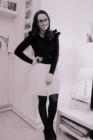 with ruffles H&M sweater - H&M Trend dress - London Rebel wedges