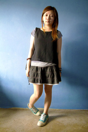 black stripes t-shirt - black top - charcoal gray denim skirt