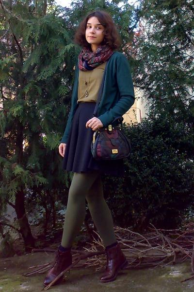 dark brown leather boots - dark khaki tights