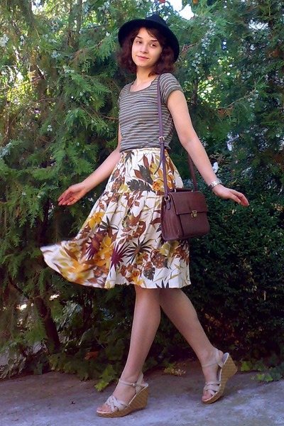 Eggshell-leaves-thrifted-skirt-black-hat-dark-brown-zara-purse