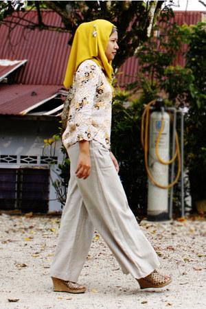 beige palazzo Setem Closet pants - mustard stretchable random scarf