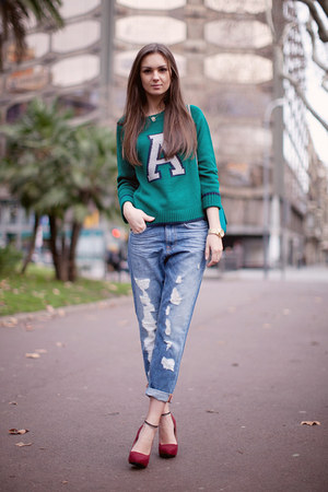 blue boyfriend jeans pull&amp;bear jeans - green Lefties sweater