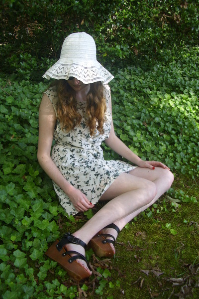 white floppy vintage hat - white ivy print Urban Outfitters dress
