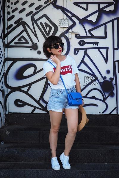 white Levis t-shirt - white Adidas sneakers