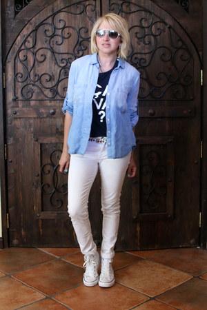 navy graphic JCrew t-shirt - white white denim Zara jeans