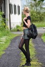 Black-dr-martens-boots-black-primark-bag-dark-green-shorts