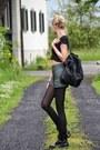 Black-dr-martens-boots-black-primark-bag-dark-green-shorts