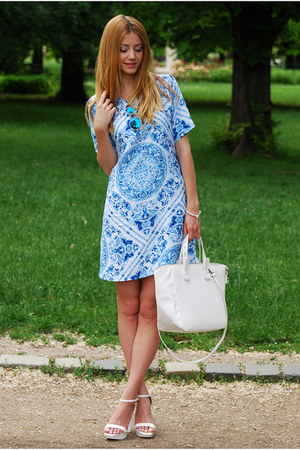 print blue Motel Rocks dress - white tote Zara bag