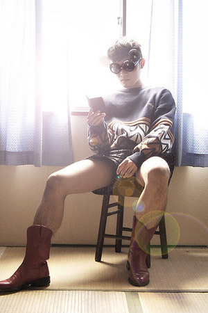 justin since 1887 boots - wool Lacoste sweater - kaepa shorts - plastic lagagas