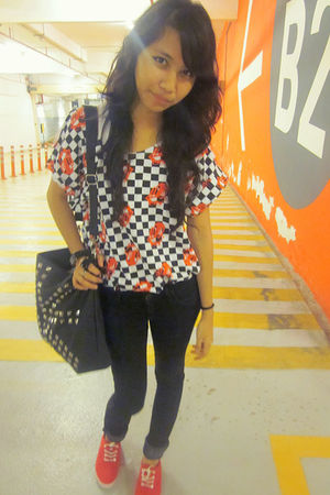 red bought online t-shirt - black Mango jeans - red factory outlet shoes - black