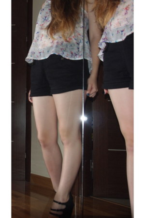 black H&M shorts - white pull&bear t-shirt - black Marypaz heels