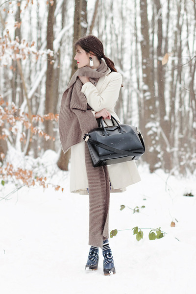 heather gray Zara scarf - white Sinéquanone coat - navy Henrik Vibskov tights