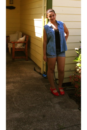 red vintage wedges - navy ripped hollister shorts - black black Gap top