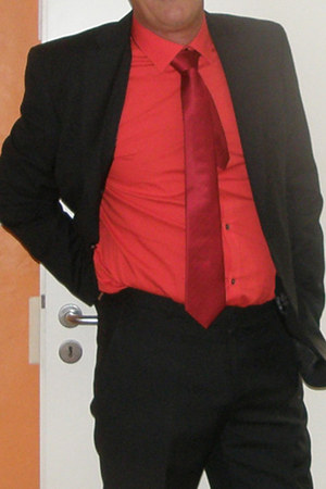 red 5 elasthan SOliver shirt - black cinque suit - ruby red cinque tie