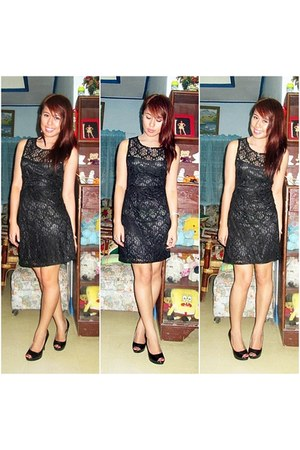 black lace dress - black peep toe pumps