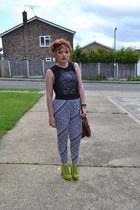 chartreuse heels - blue pants - black t-shirt