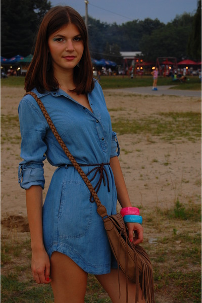 blue Zara dress - black papucei boots - beige Bershka purse
