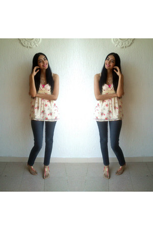 nude floral print Forever 21 top - navy skinny Ela jeans - bubble gum sandals