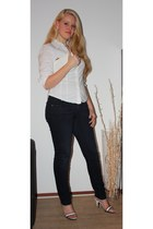 white thrifted vintage bag - navy skinny H&M jeans - white Secondhand blouse