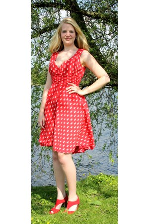 red dotted summer vintage dress - red faux suede vegan pumps