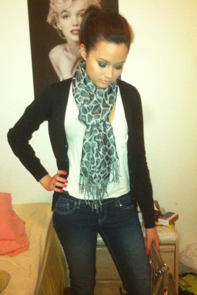 dark skinny jeans - leopard print scarf - beige bag - white tank top top