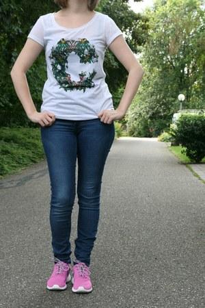 bubble gum nike roshe run nike sneakers - blue H & M jeans - white H & M t-shirt