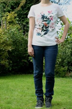 black nike nike sneakers - blue skinny jeans H & M jeans - white H & M t-shirt