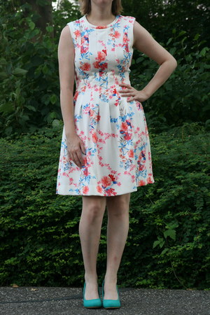 white floral dress H & M dress - turquoise blue green pumps Scapino pumps