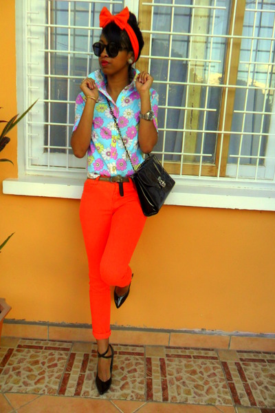 carrot orange Skinny jeans - aquamarine floral shirt