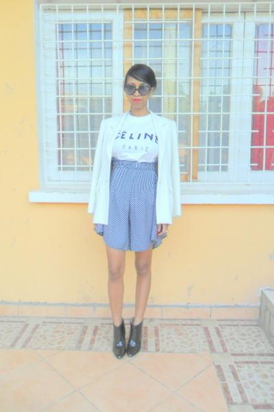 white Printemps blazer - black boots - navy polka dots jupe culotte shorts