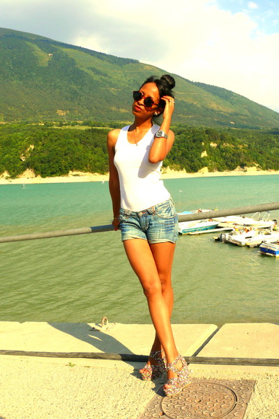 Magenta Floral Wedges, Denim Shorts, Round Leopard H&M Sunglasses ...