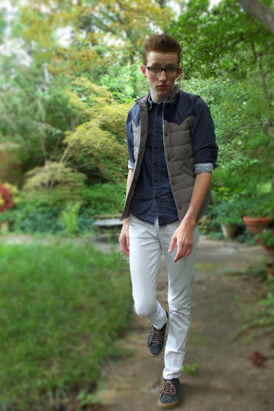 silver Urban Outfitters vest - navy Urban Outfitters shoes - white asos jeans
