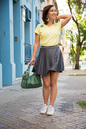 pleated modcloth skirt - white Adidas sneakers