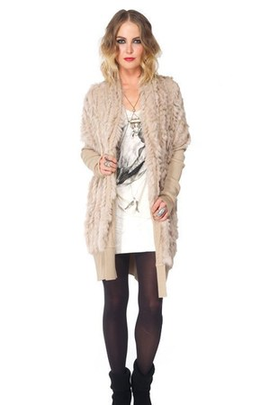 tan comfy FURRY COAT jacket - white loose fit skull tank shirt
