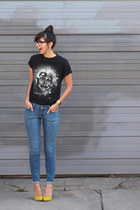 black borrowed t-shirt - sky blue ld Navy jeans - yellow shoemint pumps