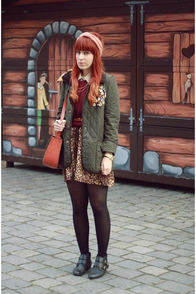 dark green Siren London jacket - crimson H&M sweater
