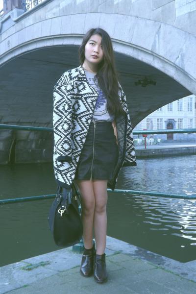 Primark coat - Zara boots - Born Form Pain shirt - H&M bag - Topshop socks