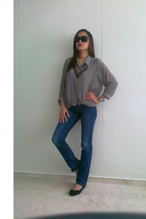 heather gray F & H blouse - gray in2style accessories - navy Levis pants