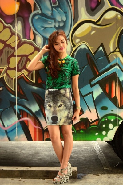 dark green Tee Culture shirt - heather gray n by Nicole Miller wedges