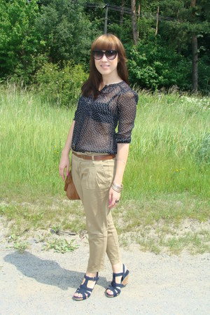 black H&M shirt - camel pull&bear bag - black I am sunglasses