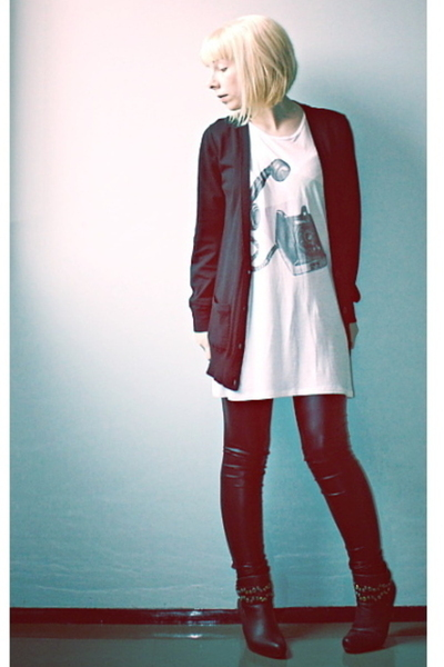 white long Monki t-shirt - black ankle boots Global Essentials shoes