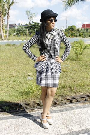 black hat - white gliter heels