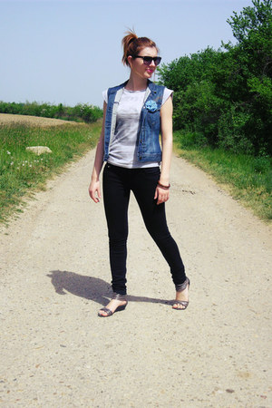 gray sandals - navy vintage jeans - heather gray coton Terranova shirt