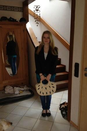 black shoes - blue jeans - black blazer - beige bag - white top