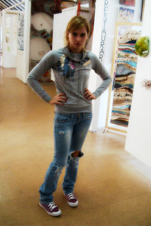 turquoise blue Bershka jeans - silver blouse - magenta Lotto sneakers