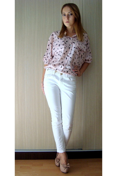 light pink shirt - white pants - neutral heels - white belt
