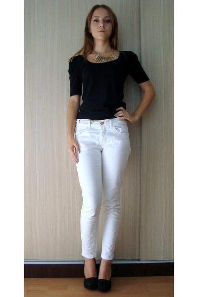 5d9cb32cb4c69d Gold Necklaces, Black Pumps, White Pimkie Pants, Black Zara Blouses ...